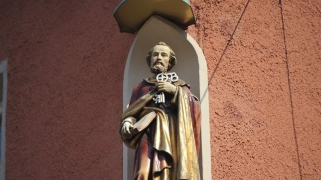 Handwerk in München: Die Figur des Heiligen Petrus (mit Schlüsseln) hat die Familie am Haus anbringen lassen.
