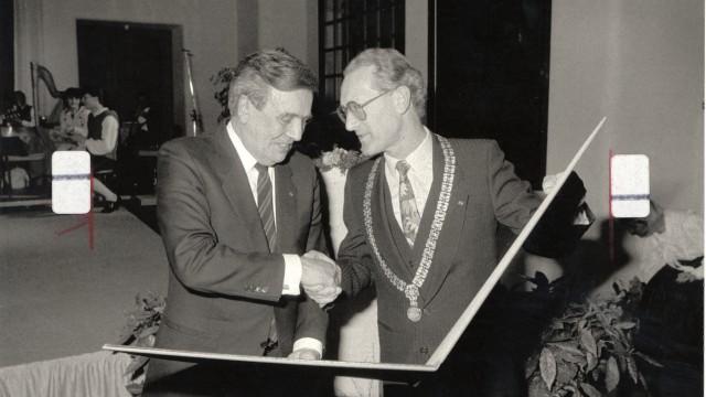 Jubiläum: Die Bürgermeister Leopold Guggenberger (links) und Lorenz Reitmeier bei der Unternzeichnung der Urkunde zur Städtepartnerschaft 1998.