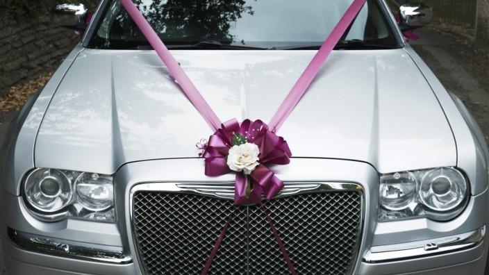 A Chrysler car decorated for a wedding PUBLICATIONxINxGERxSUIxAUTxONLY Copyright xGordonxScammell