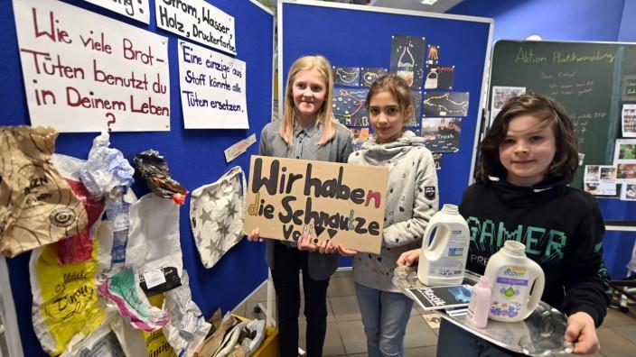 """Müllvermeidung: """"Wir haben die Schnauze voll"""": Amelie, Mia und Max (von links) haben mit ihren Mitschülern eine Ausstellung gestaltet."""