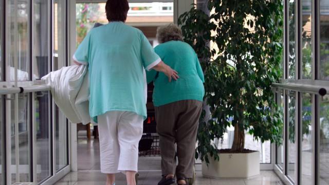 Altenpfleger verdienen schlechter als Krankenpfleger