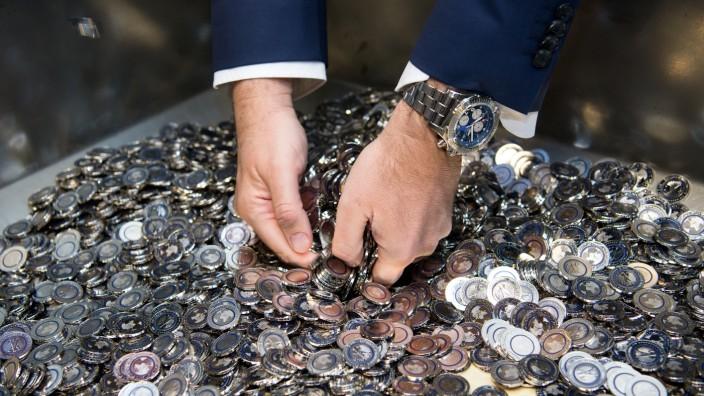 Markus Söder wühlt im Jahr 2016 in einer Kiste mit neuen 5-Euro-Münzen - damals noch als Finanzminister.