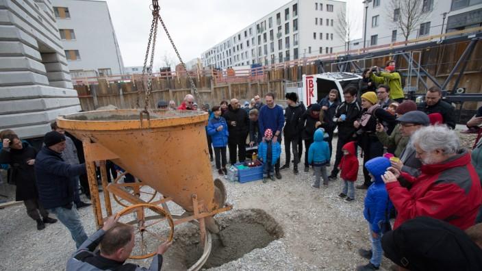 Grundsteinlegung für San Riemo, des ersten Hausprojekts der Genossenschaft Kooperative Großstadt in Riem, an der Ecke Heinrich-Böll-/Elisabeth-Mann-Borgese-Straße