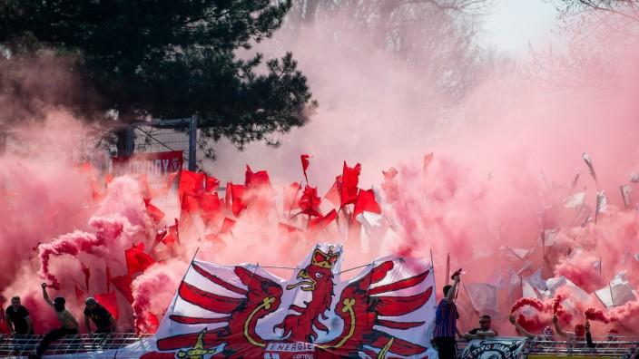 3. Liga - Fans von Energie Cottbus beim Spiel gegen Carl Zeiss Jena
