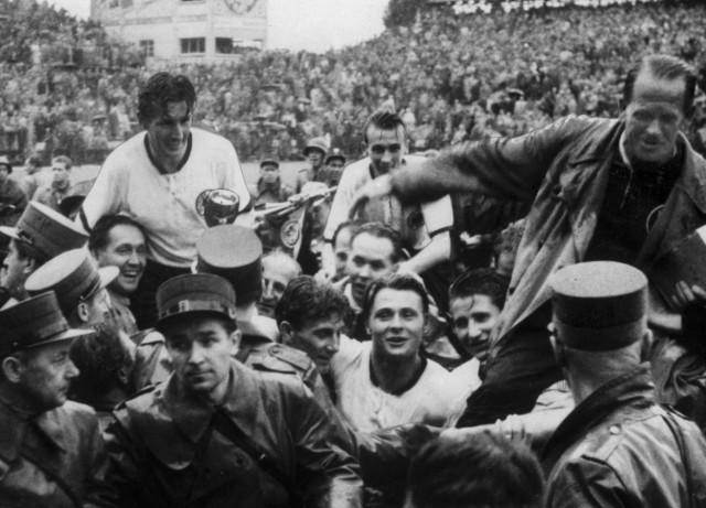 Fritz Walter und Sepp Herberger nach dem Sieg in Bern, 1954