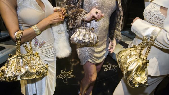 """""""Generation Wealth"""" in Hamburg: Jackie, 41, und Freundinnen mit Versace-Handtaschen bei einer privaten Eröffnung im Versace Store, Beverly Hills, 2007."""