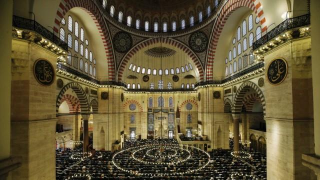 Neuer Airport Istanbul: Sultan Süleyman, genannt der Prächtige, beauftragte Sinan, seinen besten Baumeister, mit dem Bau der Moschee. Sie ist heute ein Wahrzeichen Istanbuls.