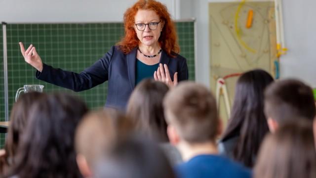 Margarete Bause diskutiert mit den Jugendlichen.