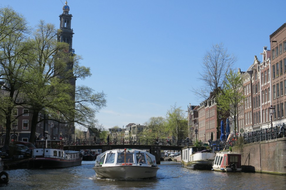 Ein Schiff fährt auf einer Gracht in Amsterdam