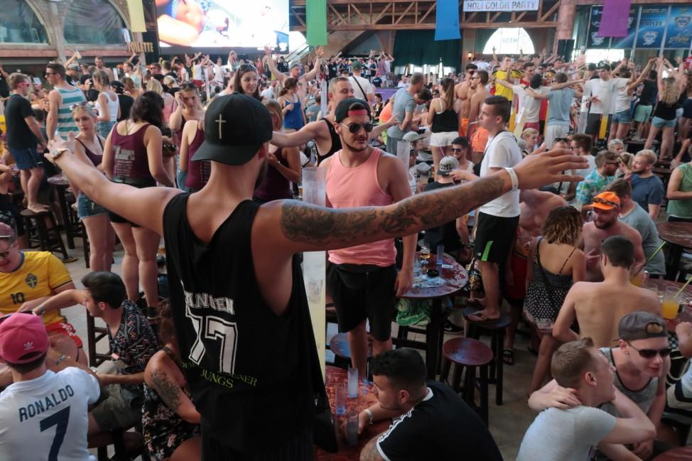 Touristen feiern am Ballermann auf Mallorca.