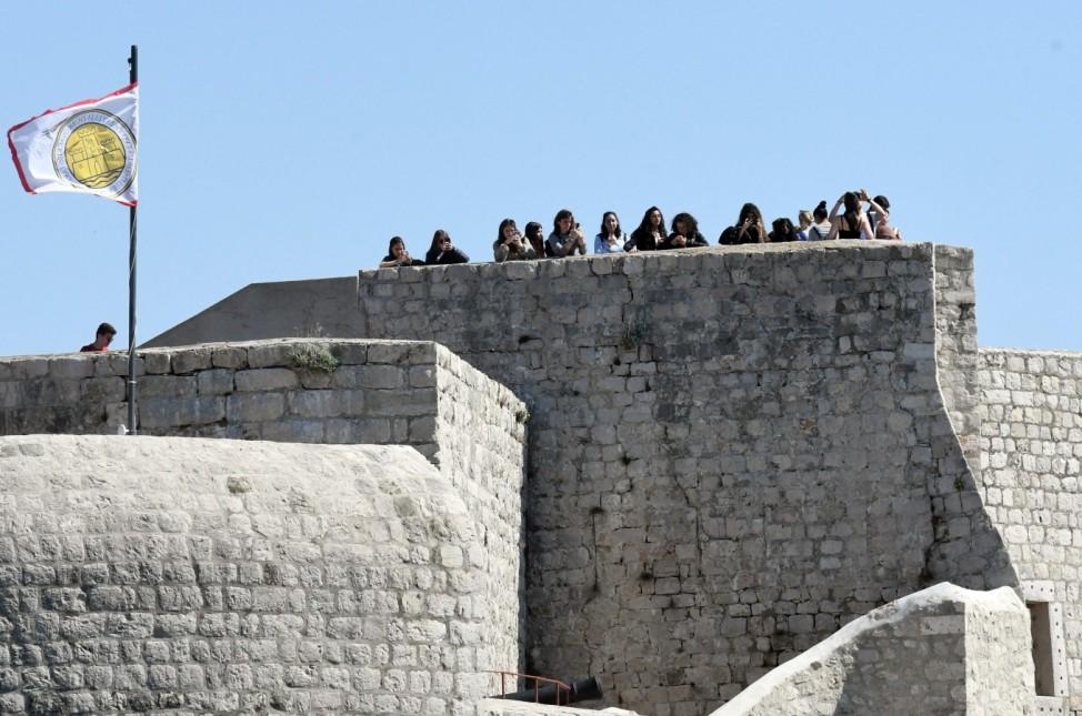 Touristen stehen auf der Stadtmauer in Dubrovnik in Kroatien.