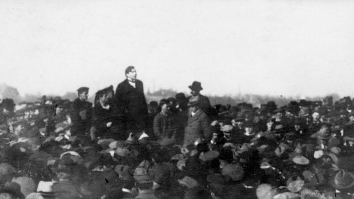 Max Levien spricht auf dem Oberwiesenfeld in München, 1919