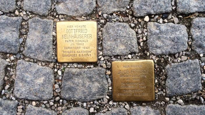 Stolpersteine in Österreich: Stolpersteine in Salzburg, hier für zwei katholische Geistliche, deren zwischenzeitliche Heimat die Erzabtei Sankt Peter war.. Einer wurde ermordet, weil er psychisch krank war. Der andere war im Widerstand und wurde deshalb umgebracht. Gerhard Geier hat beide Stolpersteine gereinigt und poliert.