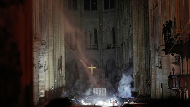Notre Dame: Feuer ist unter Kontrolle - Blick in den Altarraum