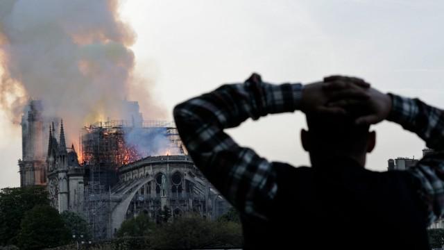 Ein Feuer in Notre-Dame 2019 setzt den Dachstuhl in Flammen