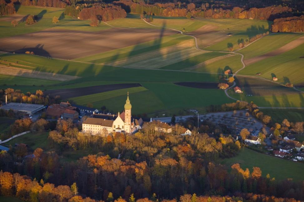 Blick auf Kloster Andechs im Abendlicht,  Andechs Kloster Luftbild