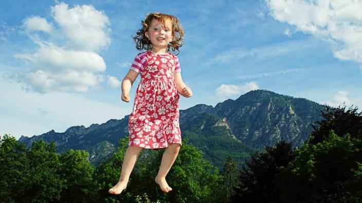 Kindergesundheit: Das Herumtollen auf dem Trampolin ist gesund, Fernsehen allerdings ist für Kleinkinder höchstens im Wortsinn zu empfehlen.