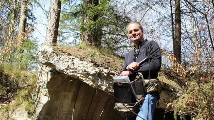 """""""Bunker im Wald"""": Bernd Walter setzt fort, was sein Vater Martin begonnen hat: Auf einer Tour durch den Wald führt er in die Geretsrieder Geschichte."""