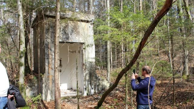 """""""Bunker im Wald"""": Der schmale hohe Bunker war ein Schaltgebäude für die Sprengstoffmühle."""