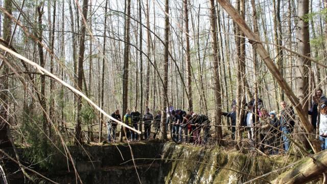 """""""Bunker im Wald"""": Über dieses Absetzbecken wurde aus der Isar abgepumptes Wasser zu den Dampfturbinen geleitet."""