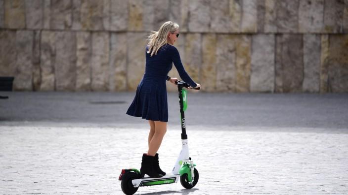 E-Scooter: In München könnten bald an die 10 000 solcher E-Scooter stehen - und auf Kunden warten.