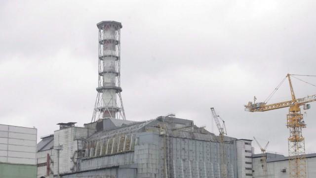 Der mit einer Betonhülle umschlossene Unglücksreaktor von Tschernobyl, 2006