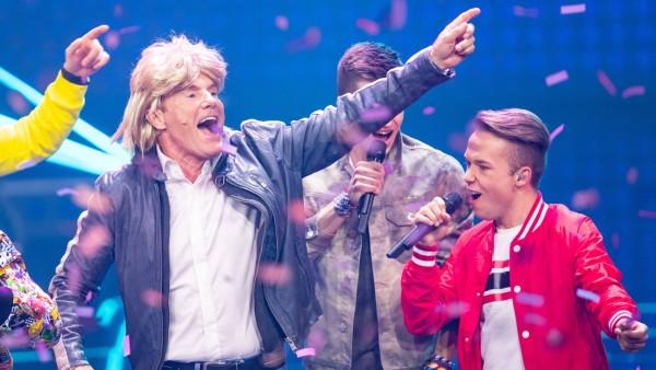 """Dieter Bohlen, hier mit Perücke, singt mit """"Capital Bra"""" seinen Song """"Cheri Cheri Lady""""."""