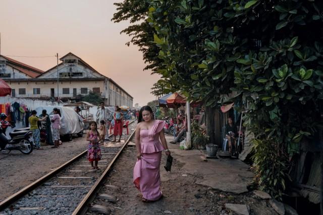 Eine junge Frau auf dem Weg zu einer Hochzeit. Sie lebt in einem Slum in der kambodschanischen Hauptstadt Phnom Penh.