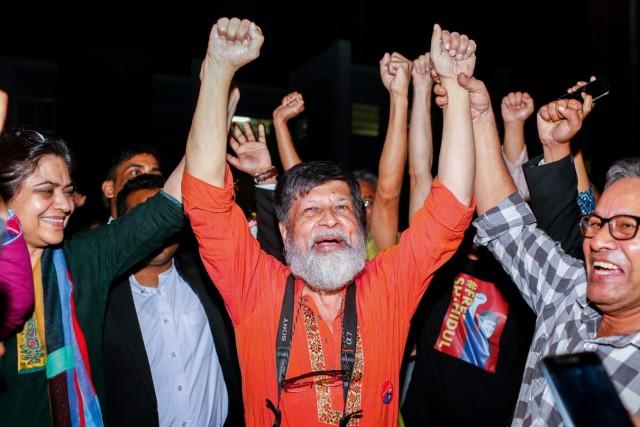 Der bengalische Fotograf Shahidul Alam feiert im November 2018 vor dem Zentralgefängnis in Dhaka seine vorläufige Freilassung.
