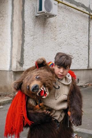 Jugendlicher im Bärenkostüm in Bukarest, Rumänien.