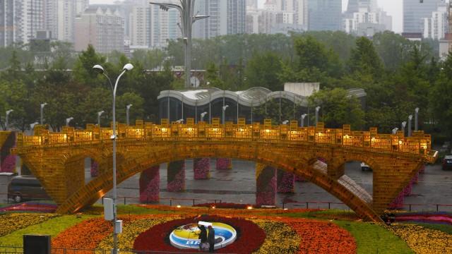 Symbolisch soll diese golde Brücke in Peking für die neue Seidenstraße stehen, mit der China neue Handelsrouten erschließen will.