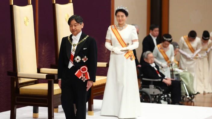 Japan: Japans neues Kaiserpaar Naruhito, l., und Masako bei der Krönung im Matsu-no-Ma-Saal.