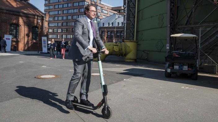 Andreas Scheuer testet Elektroroller Auf der FutureMobility 2019 testet der Bundesverkehrsminister