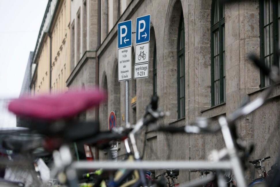 Flex-Parken vor dem Eingang der TU, Ecke Luisenstr./Gabelsbergerstr.