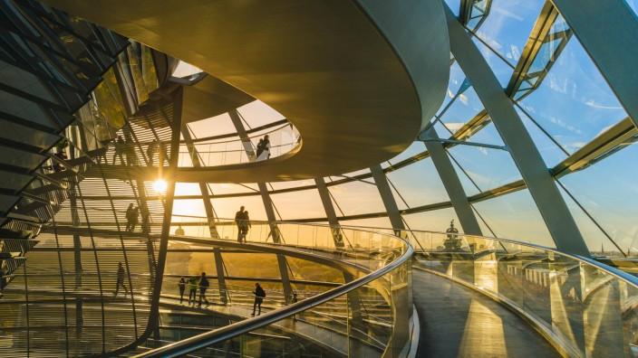 Reichstagskuppel mit Besuchern im Abendlicht Gegenlicht Innenaufnahme Reichstagsgebäude Bundesta