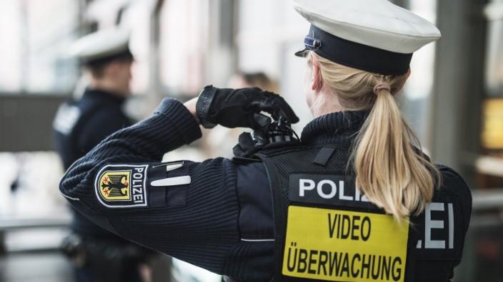 Innenminister Herrmann will noch mehr Beamte mit Bodycams ausstatten.