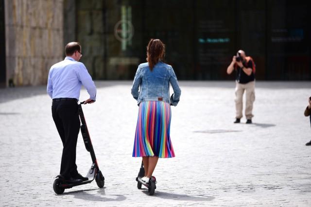 Manuel Pretzl und Kristina Frank mit E-Scooter in München, 2019