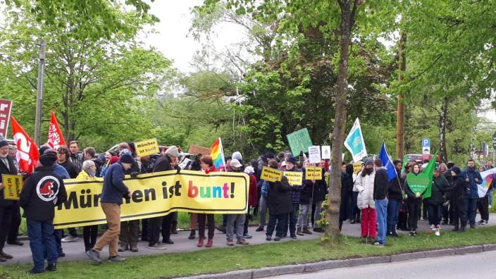 Ein AfD-Frühschoppen mit Björn Höcke als Redner darf in einer Münchner Gaststätte stattfinden - gegenüber demonstrieren etwa 100 Menschen gegen die Versammlung.