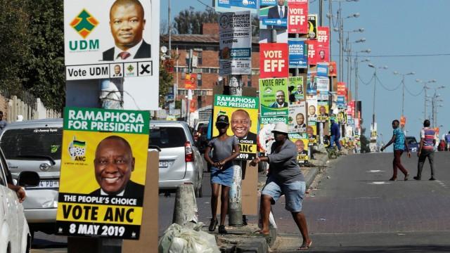 Südafrika - Wahlplakate zieren eine Straße in Alexandra
