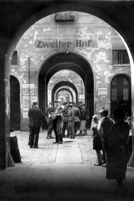"""Ein Hinterhof in """"Meyers Hof"""" in Berlin, 1932"""