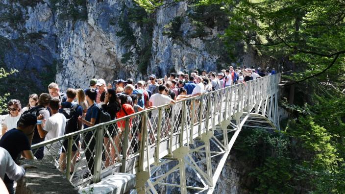 Touristen auf der Marienbrücke über der Pöllatschlucht in Schwangau bei Füssen