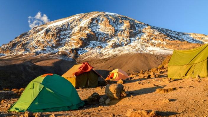 Bergsteigercamp zu Fußen des Uhuru Peaks, des höchsten Gipfels im Kilimandscharo-Massiv