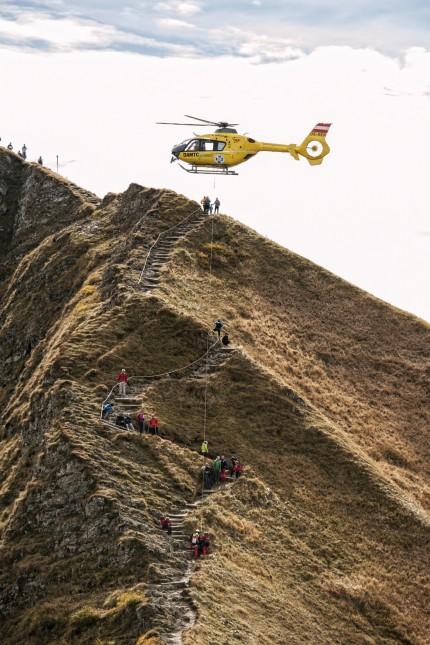 Bergsteigen: Gibt es so etwas, wie ein Recht auf kostengünstige Hilfe in absolut jeder Situation? Ein Helikopter der österreichischen Bergrettung beim Einsatz am Fellhorngrat im deutsch-österreichischen Grenzgebiet.