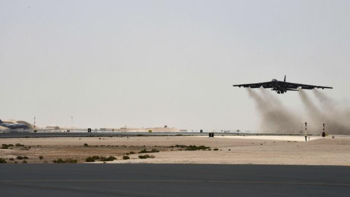 Ein Kampfflugzeug der US Army startet in Katar