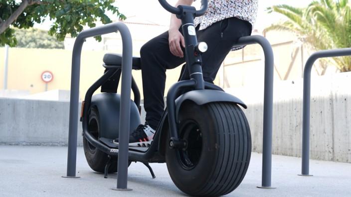 E-Scooter Scrooser im Test: Der Scrooser fällt vor allem durch seine breiten Reifen auf.