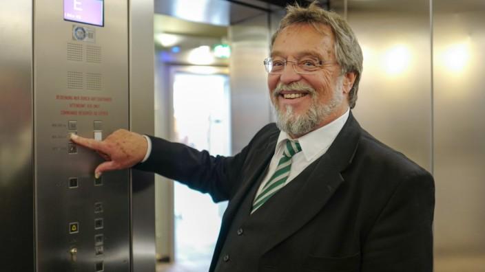 Helge Japha arbeitet als Aufzugführer im Olympiaturm München