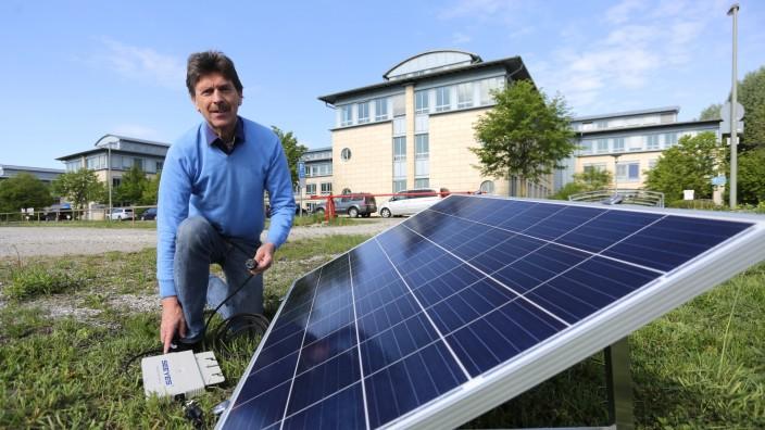 Preisverleihung in München: Auch Mieter können etwas für die Umwelt tun und auf ihrem Balkon Strom erzeugen. Reinhard Bege demonstriert, wie die Anlage funktioniert.