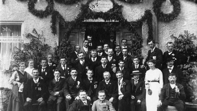 """Perlach: """"Herzlich willkommen den tapferen Kriegern"""": die Freiwillige Feuerwehr Perlach im Jahr 1919."""