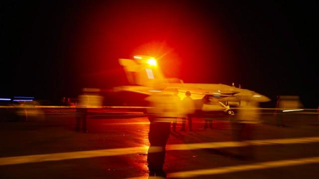 Ein Kampfflugzeug startet von der USS Abraham Lincoln