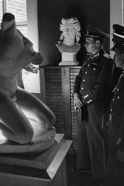 Offiziere der Volksarmee im Goethe-Haus, 1958
